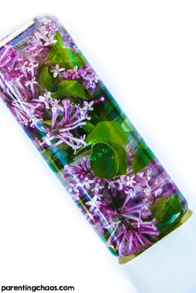 THIS works amazing for calming down toddlers during temper tantrums or just to keep them busy for a couple of hours. | DIY Lilac Sensory Bottle Idea for Toddlers